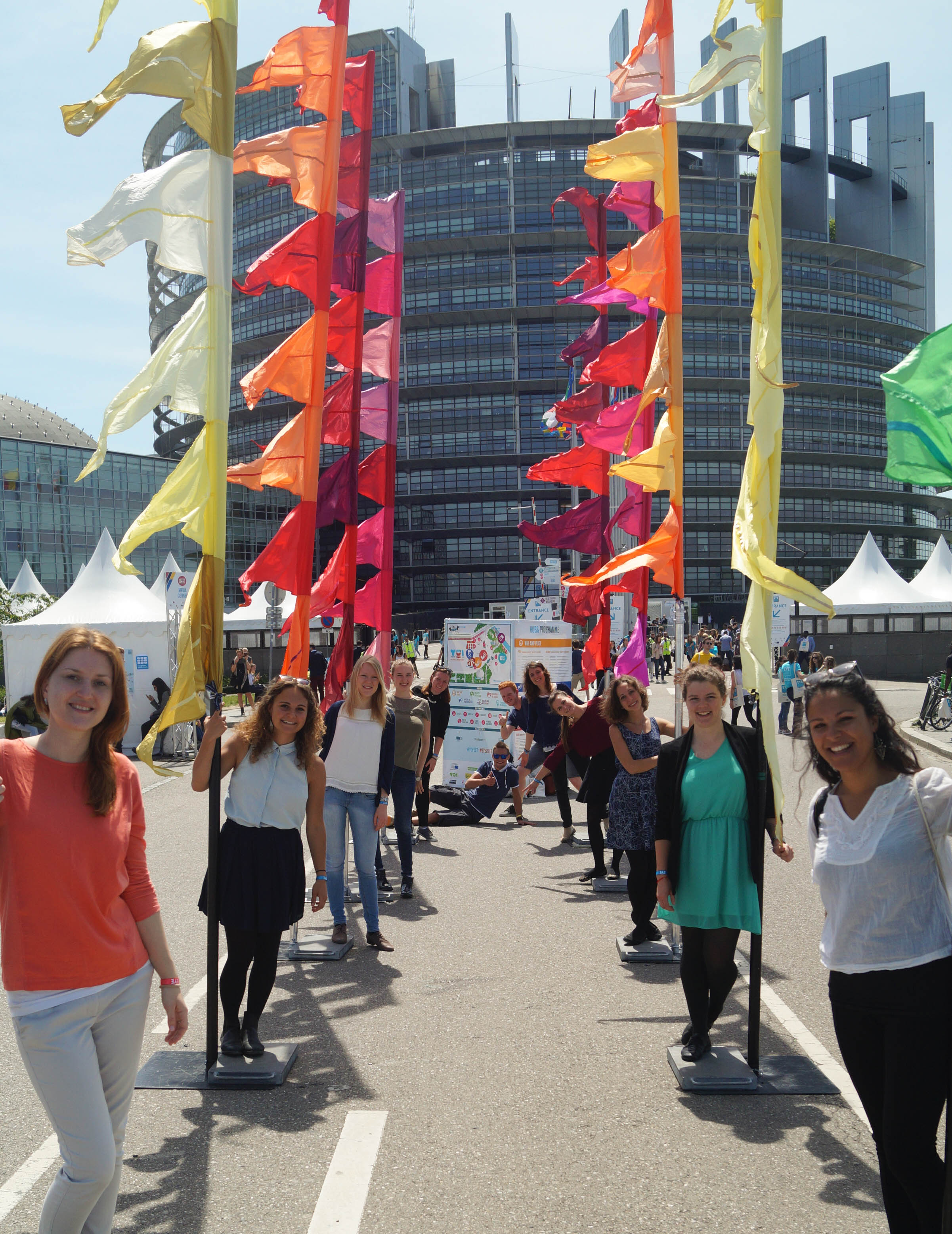 IRMs posieren vor dem Europäischen Parlament beim EYE 2016