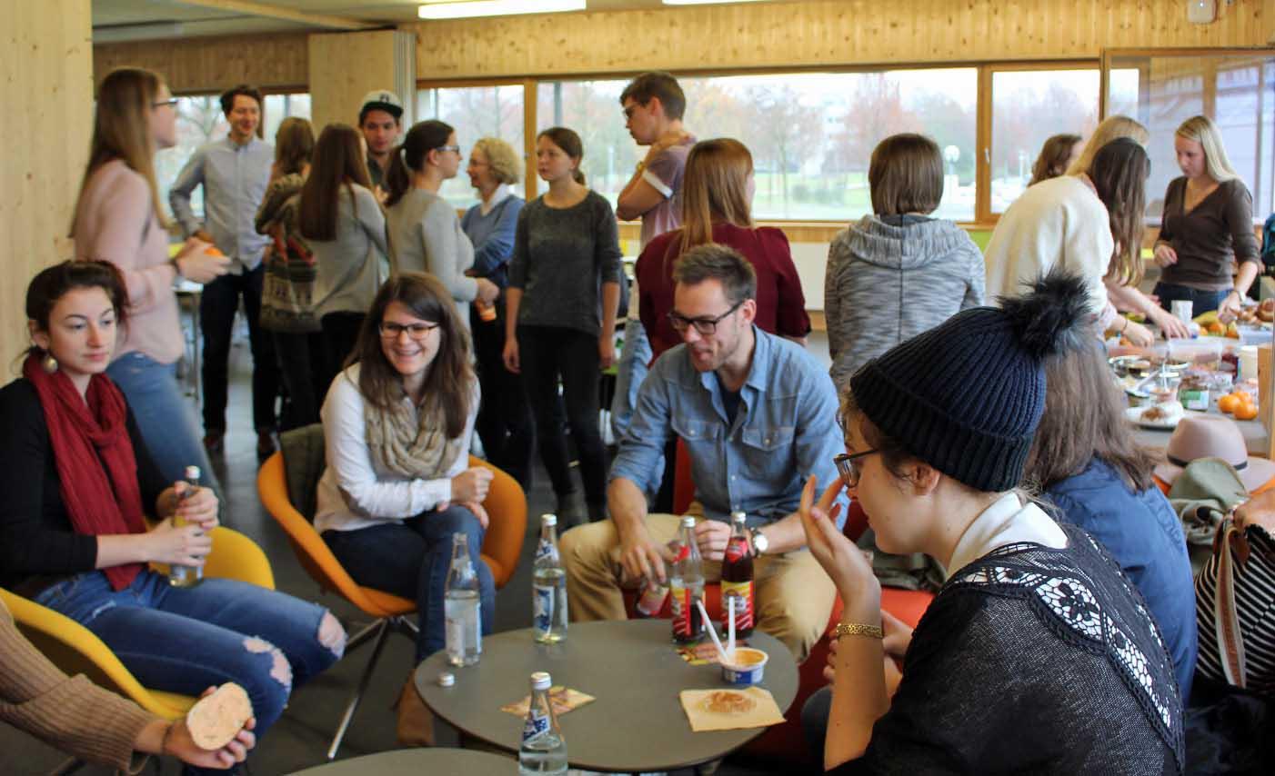 Elke (zweite von links) beim Alumni Meet&Greet an der OTH.