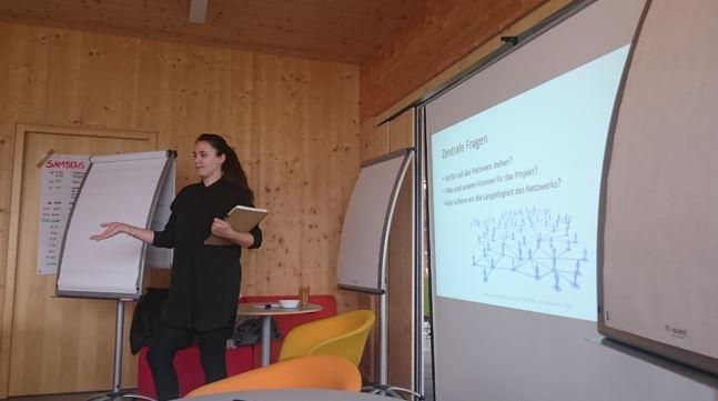 Paola Gamez-Lehmann aus Kleve führt in den Brainstorming-Teil des Programms ein.