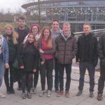 Die 12 Teilnehmer versammeln sich für ein Gruppenbild vor der Ostbayerischen Technischen Hochschule Regensburg am 18.3.17. Repräsentiert sind fünf Studiengänge und Hochschulen.
