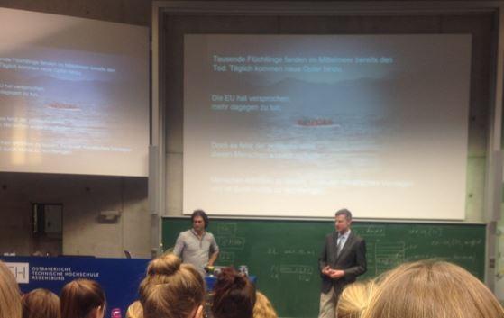 Prof. Dr. Markus Bresinsky begrüßt Michael Buschheuer vor einem großen Publikum Interessierter.