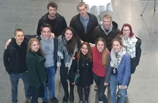 Gruppenbild im Foyer des Maschinenbaugebäudes der OTH Regensburg. Von links nach rechts: Thilo, Kirsten, Chris, Christoph, Paola, Lukas, Cagla, Miri, Arne, Pauline und Angie. Fotografin: Julia