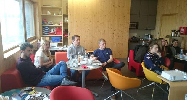 Im Studierendenhaus der OTH Regensburg wird am 18.3.17 zunächst gefrühstückt und dann gearbeitet und diskutiert.